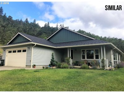 Roseburg Single Family Home For Sale: 445 Madera Ln