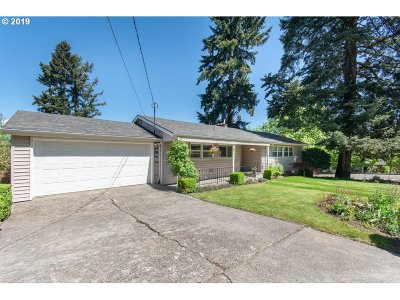 Milwaukie Single Family Home For Sale: 3231 SE Sellwood St
