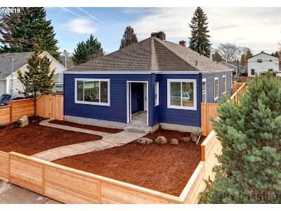 Portland Single Family Home For Sale: 6830 SE Woodstock Blvd