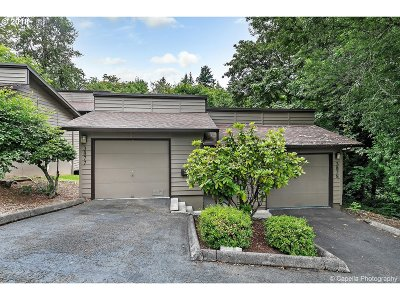 Multnomah County Condo/Townhouse For Sale: 3877 SW Canby St