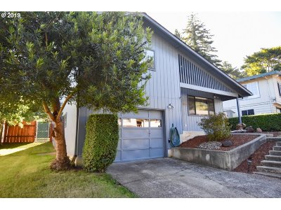 Coos Bay Single Family Home For Sale: 900 Oakway Dr