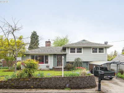 Milwaukie Single Family Home For Sale: 3238 SE Silver Springs Rd