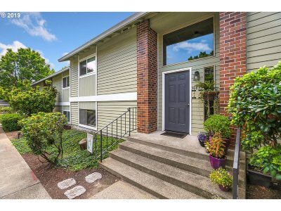 Tigard Condo/Townhouse For Sale: 10855 SW Meadowbrook Dr #48
