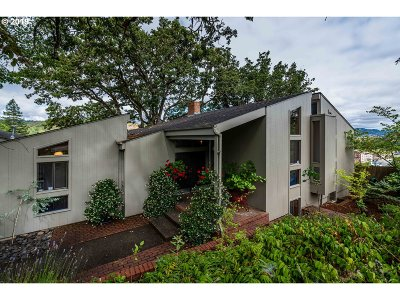 Roseburg Single Family Home For Sale: 1172 SE Hawthorne Dr