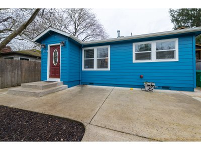 Portland Single Family Home For Sale: 5744 SE Knight St