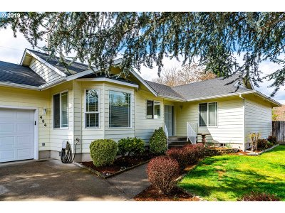Roseburg Single Family Home For Sale: 484 SE Clearwater Ct