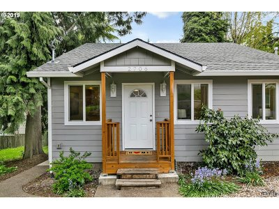 Milwaukie Single Family Home For Sale: 2706 SE Lakewood Dr