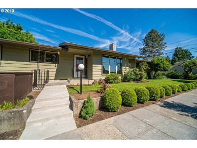 Portland Single Family Home For Sale: 5230 SE 37th Ave