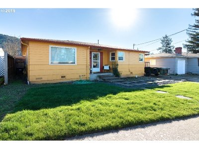 Roseburg Single Family Home For Sale: 2735 W Sherwood Ave