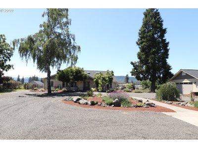 Roseburg Single Family Home For Sale: 220 Cinbar Rd