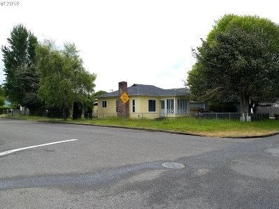 Coos Bay Single Family Home For Sale: 1385 Lakeshore Dr