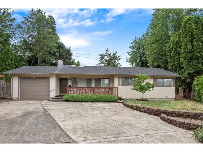 Milwaukie Single Family Home For Sale: 4975 SE Regents Cir