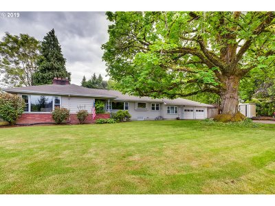 Milwaukie Single Family Home For Sale: 5410 SE Hull Ave