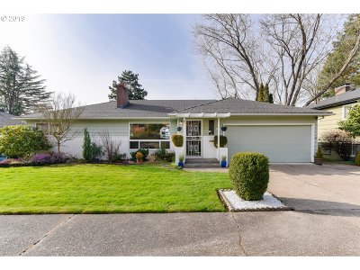 Portland Single Family Home For Sale: 6429 SW Loop Dr