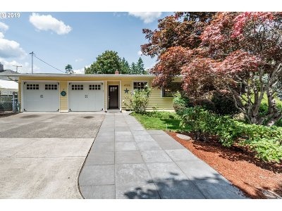 Milwaukie Single Family Home For Sale: 4725 SE Washington Pl