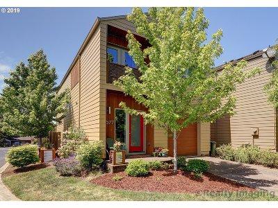 Milwaukie Single Family Home For Sale: 2577 SE Martha Ct