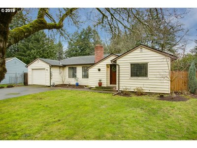 Milwaukie Single Family Home For Sale: 10002 SE Hollywood Ave