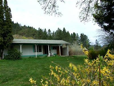 Gold Hill Single Family Home For Sale: 5463 Rogue River Highway