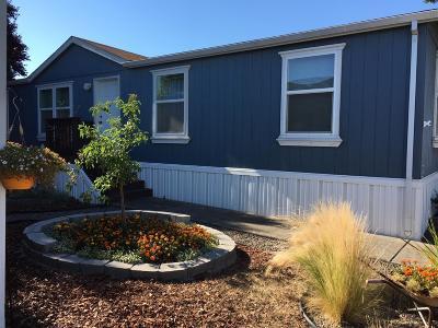 Medford Mobile Home For Sale: 2552 Thorn Oak Drive #82