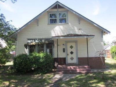 Medford Single Family Home For Sale: 911 Queen Anne Avenue
