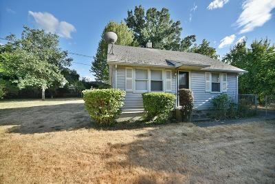 Medford Single Family Home For Sale: 825 Queens Drive