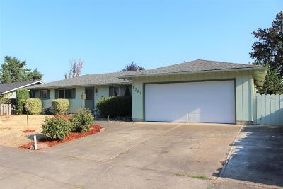 Medford Single Family Home For Sale: 1727 Yukon Avenue