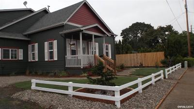 Dallas Single Family Home For Sale: 945 SE Uglow Av