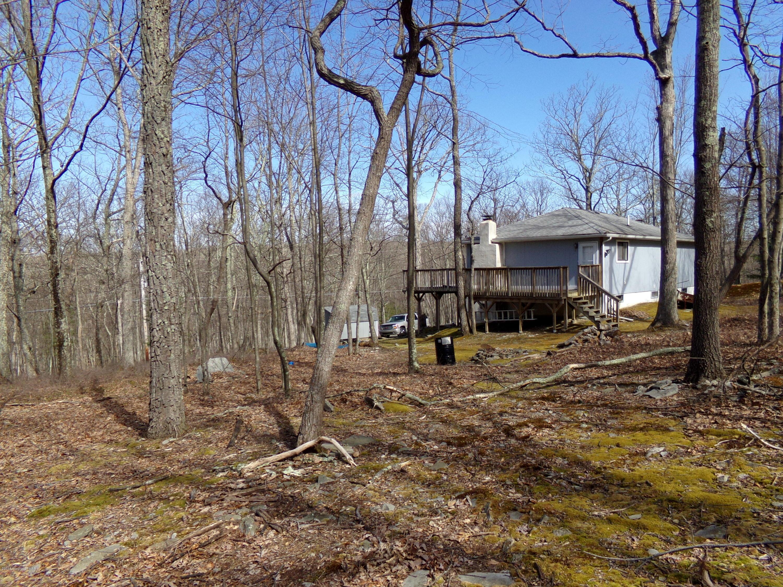 2208 Spring Dr, Bushkill, PA 18324