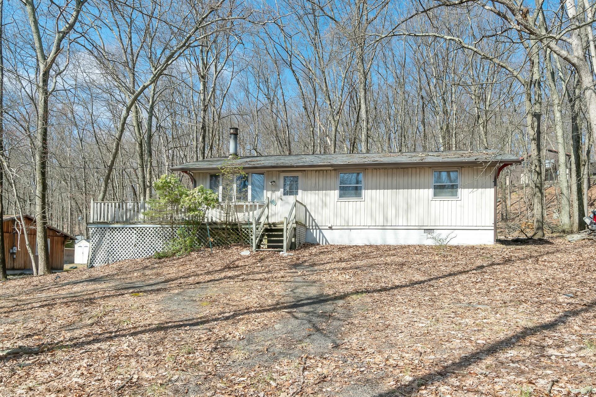 1085 Maple Lake Dr, Bushkill, PA 18324