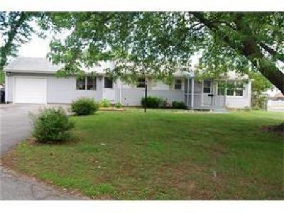 Kent County Single Family Home For Sale: 145 Hoxsie Av