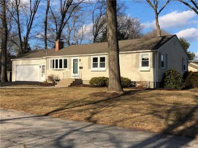 East Greenwich Single Family Home For Sale: 31 Birchwood Wy