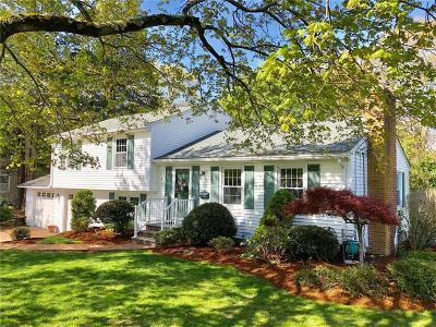 North Kingstown Single Family Home For Sale: 106 Briarbrook Dr