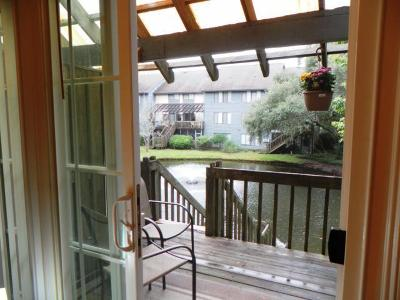 Mount Pleasant Attached Contingent: 1151 Shadow Lake Circle #H
