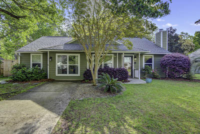 Charleston Single Family Home For Sale: 1064 Oakcrest Drive