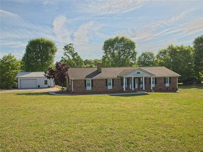 Single Family Home For Sale: 210 Travelier Trail