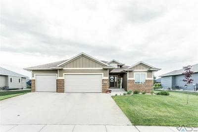 Sioux Falls Single Family Home For Sale: 8009 W Chesapeake Ln