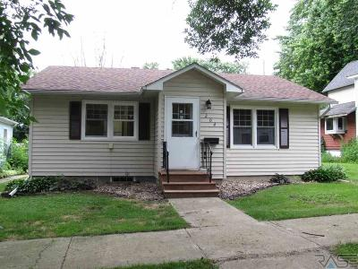 Single Family Home For Sale: 204 E 6th St