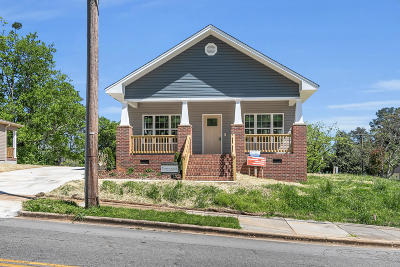 Single Family Home For Sale: 702 Woodmore Ln