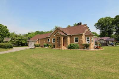 Single Family Home For Sale: 372 Piccadilly Ave