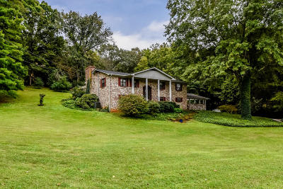 Louisville Single Family Home For Sale: 1207 Cresthill Drive