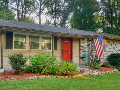 Louisville Single Family Home For Sale: 1459 Johnathan Drive