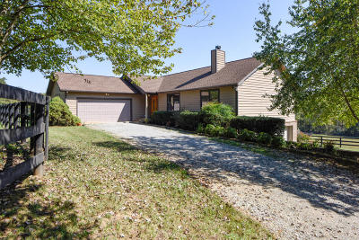 Louisville Single Family Home For Sale: 3821 Fox Creek Rd