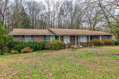Louisville Single Family Home For Sale: 1147 Cresthill Drive