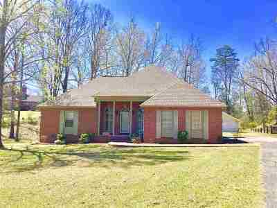 Selmer Single Family Home For Sale: 561 Country Club