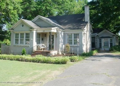 Single Family Home For Sale: 215 McKie