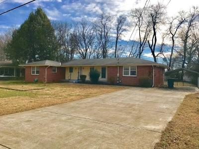 Smyrna Single Family Home For Sale: 1010 Peachtree Dr