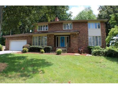 Single Family Home For Sale: 905 Meadow Lane