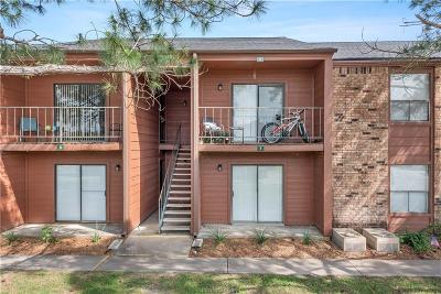 College Station Condo/Townhouse For Sale: 904 University Oaks Drive #8