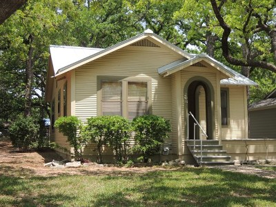 Fredericksburg Single Family Home For Sale: 206 E Burbank St