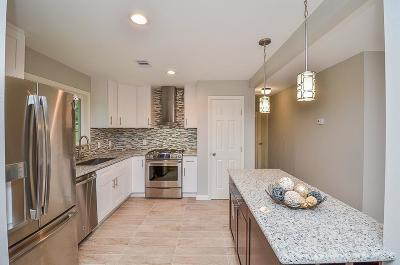 Oak Forest Single Family Home For Sale: 4822 Ella Boulevard